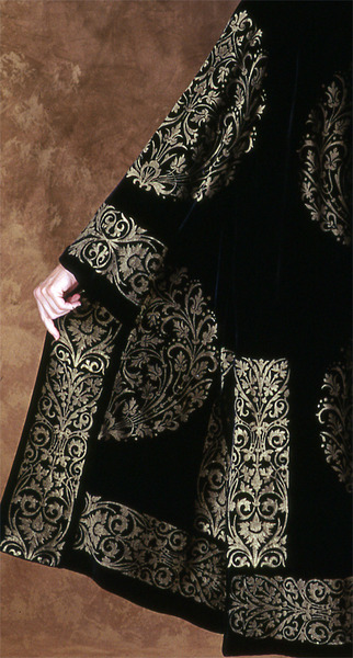500_81_1782-fortuny-coat-wgold-medallion-print-detail